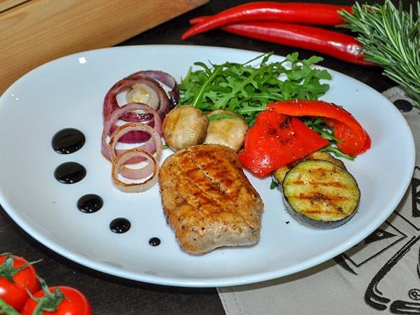 Свиная вырезка с овощами и шампиньонами