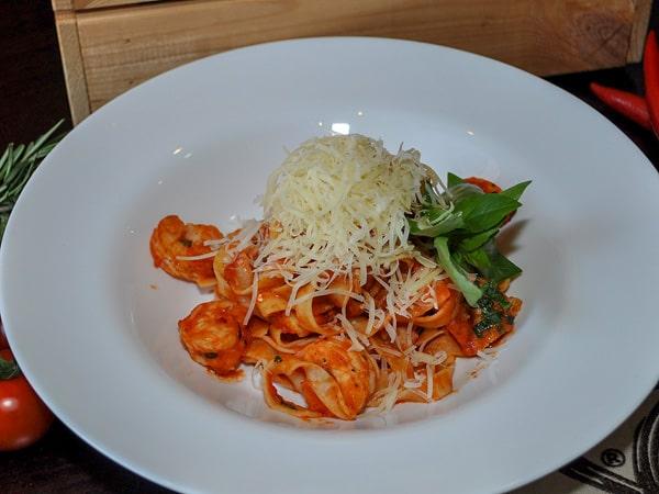 Фетучини с креветками и томатным соусом