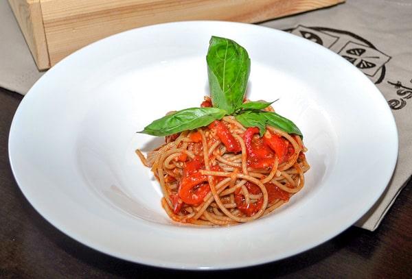 Спагетти с запеченым перцем и вялеными томатами