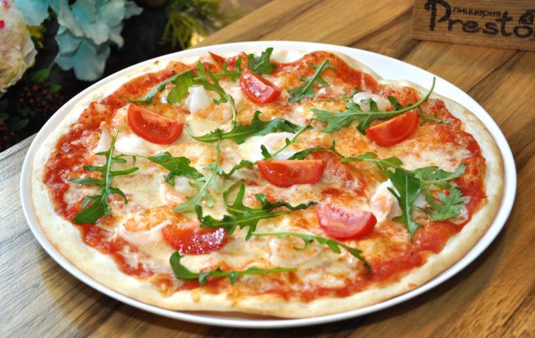 Пицца креветки и руккола